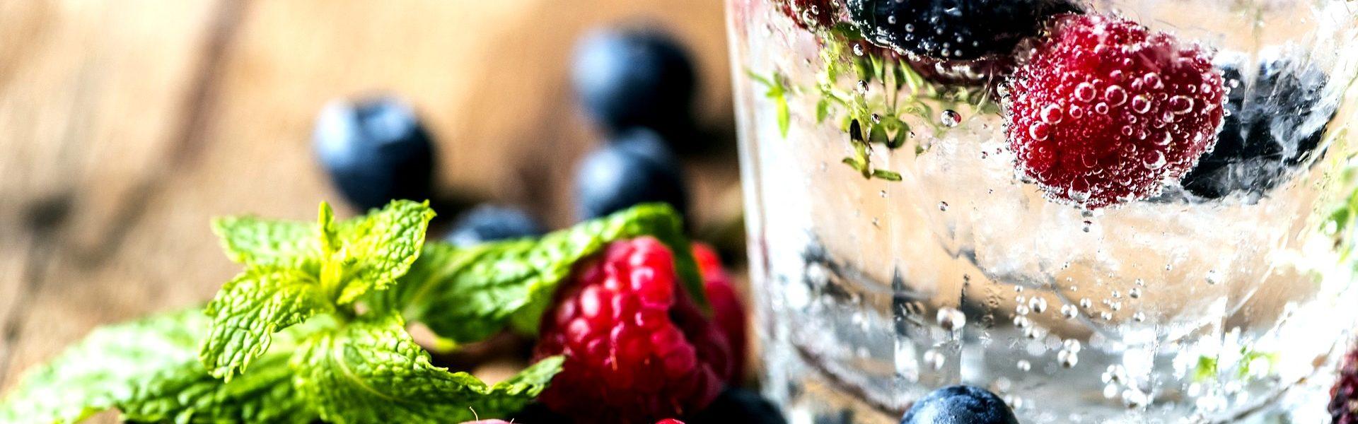 woda owoce szklanka woda z owocami