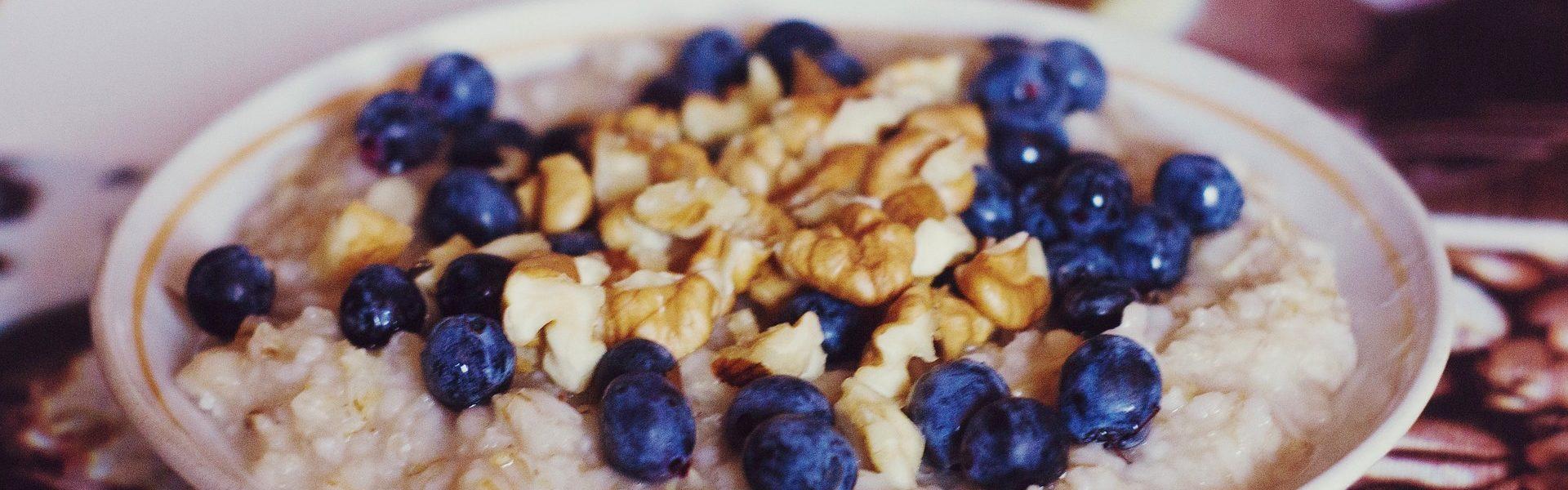 owsianka śniadanie owoce nabiał