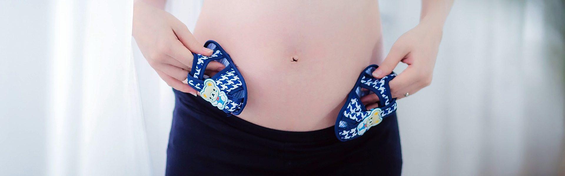 ciąża mama brzuch buciki
