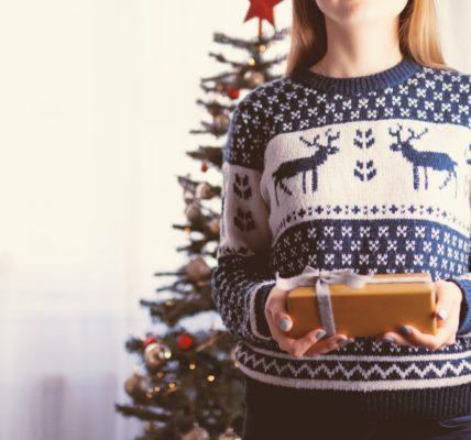 dziewczyna z prezentem i choinką