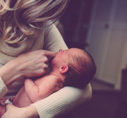 dziecko matka karmienie piersią