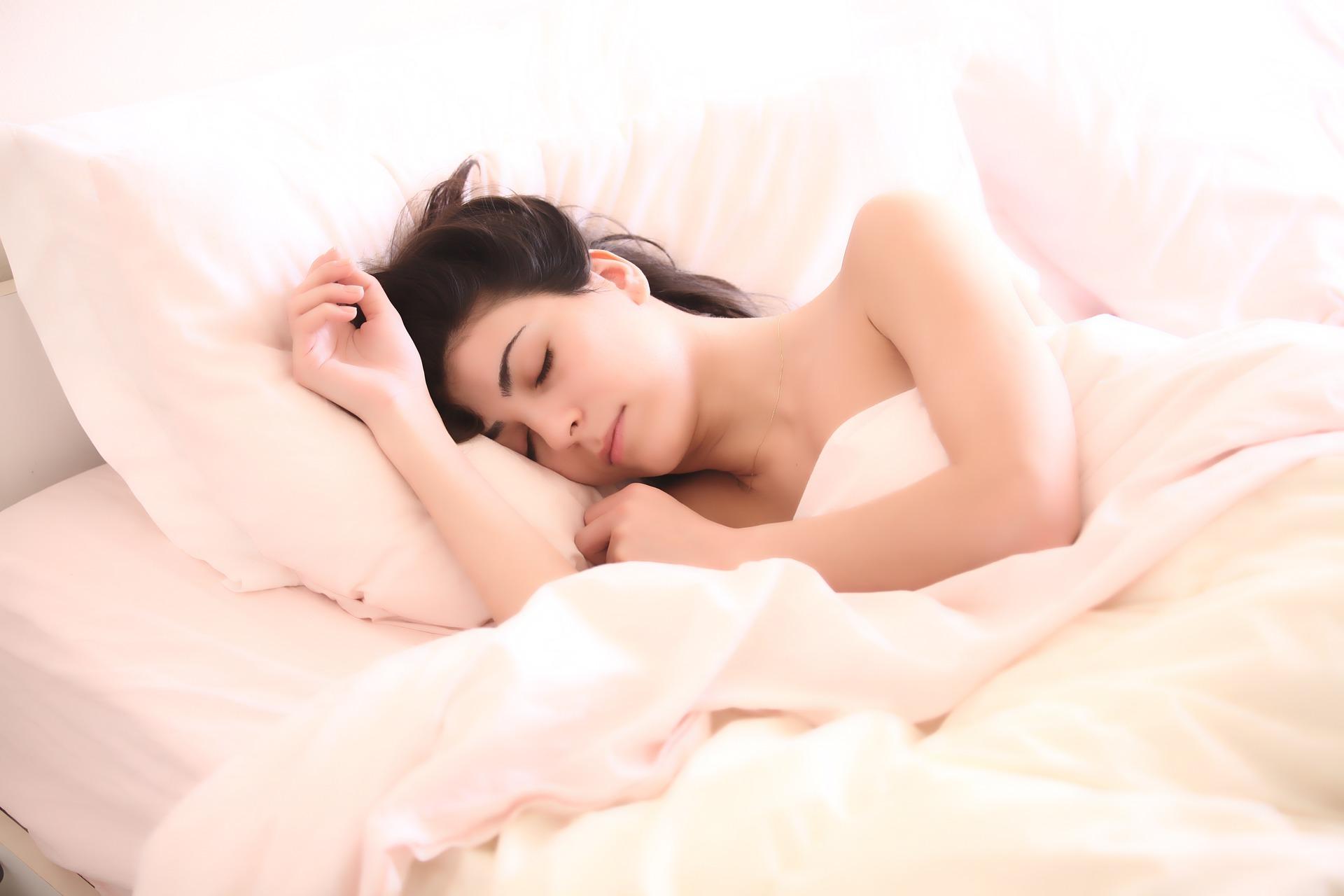 sen łóżko spanie kobieta
