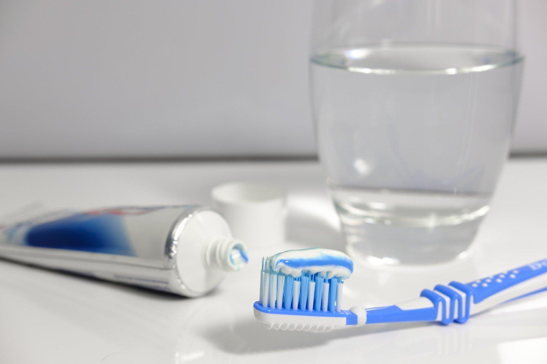 szczoteczka pasta do zębów higiena jamy ustnej